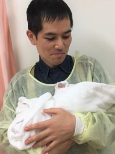 初めて娘を抱っこしている写真です